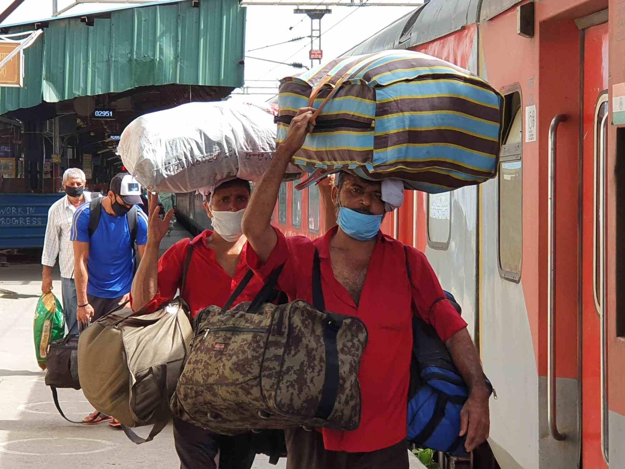 कोराना संक्रमण के बीच हजारों कुलियों की राह नहीं आसान, दिनभर में 200 रुपये की कमाई भी हुई मुश्किल