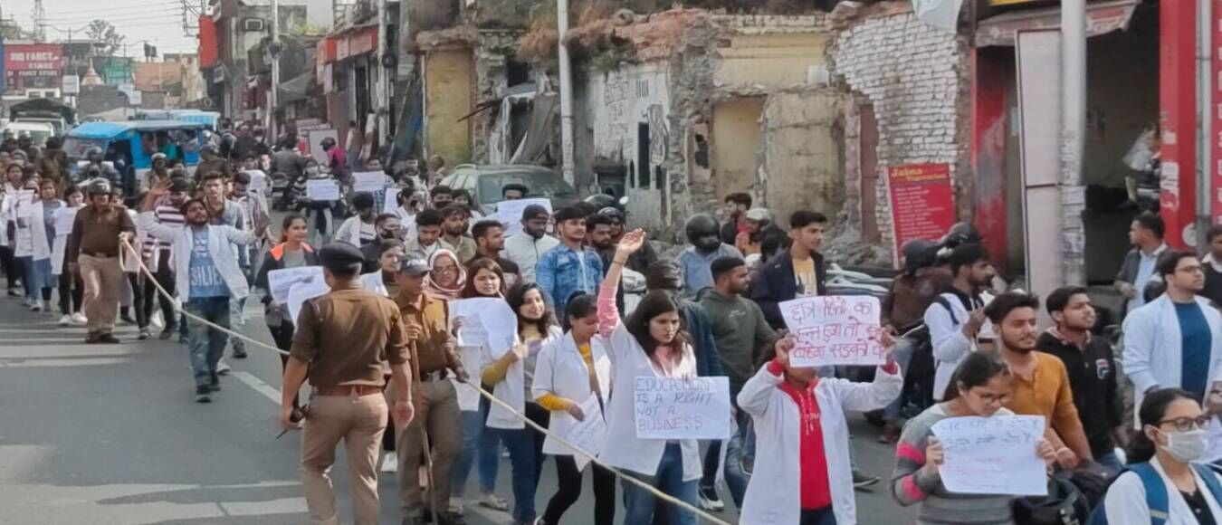 गढ़वाल विश्वविद्यालय के छात्रों के आगे झुकी त्रिवेंद्र सरकार, मगर 50 दिन से अनशनरत आयुर्वेद छात्रों पर क्यों नहीं दे रही ध्यान